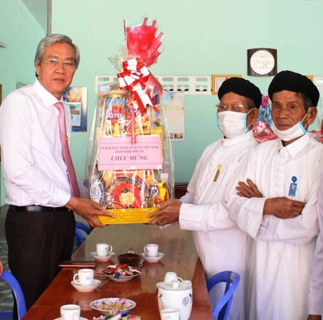 Ông Lê Văn Bình, Chủ tịch Ủy ban MTTQ Việt Nam tỉnh Ninh Thuân thăm, chúc mừng Thánh thất Cao đài Mỹ Hải (Tp. Phan Rang - Tháp Chàm).