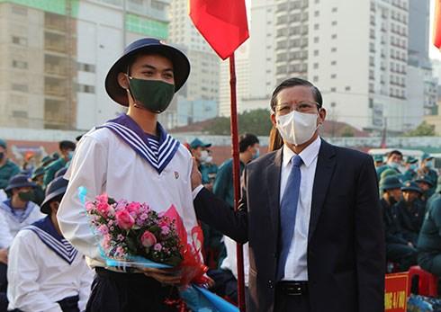 Ông Trần Ngọc Thanh, Chủ tịch UBMTTQ Việt Nam tỉnh Khánh Hòa, tặng hoa động viên tân binh trước khi về đơn vị.