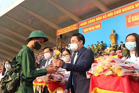 Ông Nguyễn Khắc Toàn, Phó Bí thư Thường trực Tỉnh ủy Khánh Hòa, tặng hoa động viên các thanh niên TP.Nha Trang lên đường nhập ngũ.