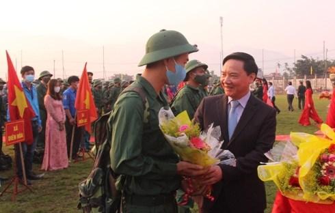 Ông Nguyễn Khắc Định, bí thư Tỉnh ủy Khánh Hòa tặng hoa, động viên thanh niên trước lúc lên đường nhập ngũ.