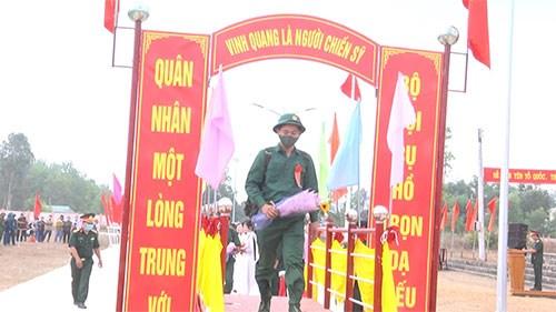 Những tân binh bước qua cầu vinh quang để lên đường làm nghĩa vụ quân sự.