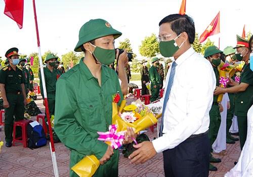 Ông Lê Tuấn Phong, Chủ tịch UBND tỉnh Bình Thuận, tặng hoa và động viên các tân binh lên đường làm nhiệm vụ.