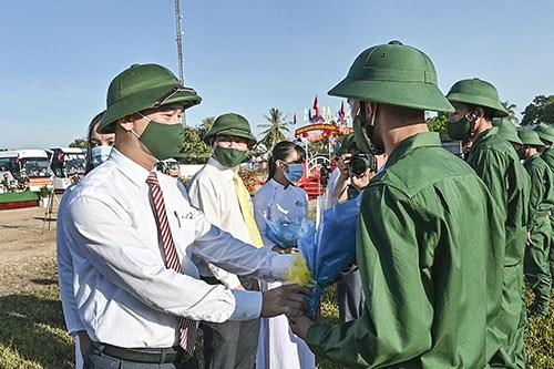 Ông Dương Văn An, Bí thư Tỉnh ủy Bình Thuận,tặng hoa cho các chiến sĩ lên đường nhập ngũ..