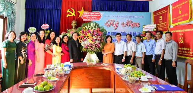 Ông Nguyễn Văn Hòa, Phó Bí thư Tỉnh ủy, Chủ tịch HĐND tỉnh Kon Tum tặng hoa chúc mừng Hội LHPN tỉnh nhân Ngày Quốc tế Phụ nữ 8-3.