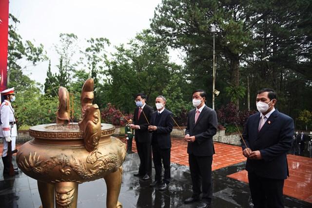 Lãnh đạo tỉnh Lâm Đồng, dâng hoa và thắp hương lên Đài tưởng niệm nhân ngày 27/7.
