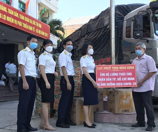 Ông Hồ Sĩ Dũng, Phó Chủ tịch, Ủy ban MTTQ Việt Nam tỉnh Bình Định, tiếp nhận hỗ trợ nhu yếu phẩm từCục Thuế tỉnh Bình Định.