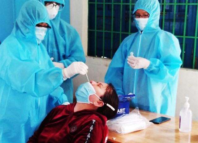 Lấy mẫu xét nghiệm Covid-19 cho người dân TX Ninh Hòa.