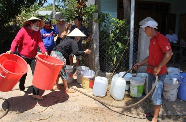 Người dân thiếu nước sinh hoạt phải đi mua.