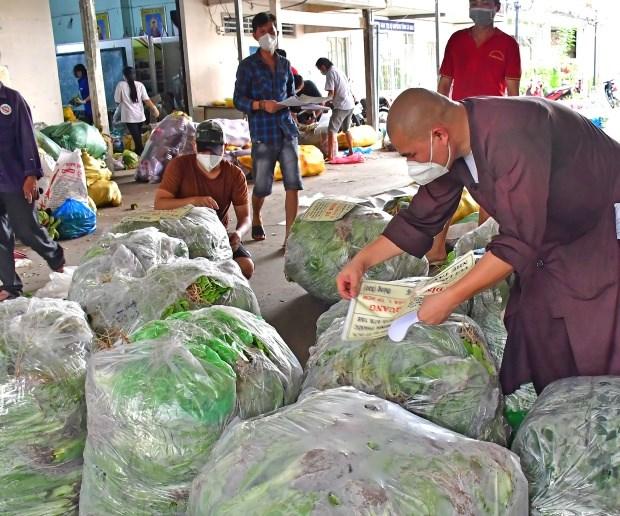 Tập kết rau xanh để chuyển vào cho nhân dân vùng dịch.