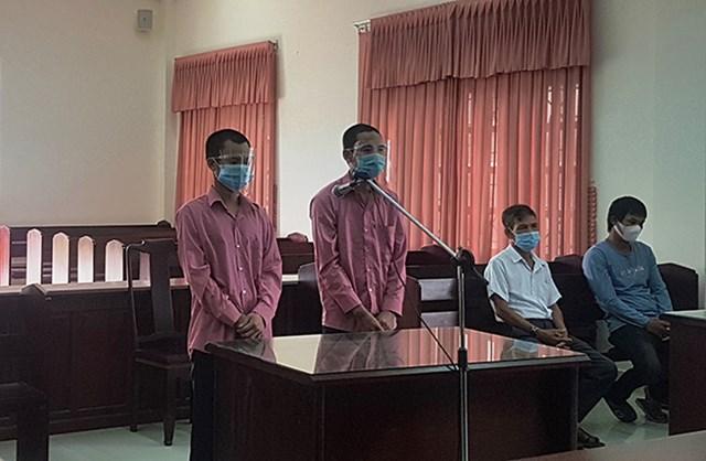 Hai bị cáo Lưu và Tính tại phiên tòa sơ thẩm.