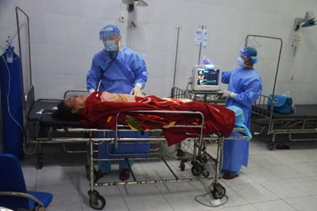 Ngư dân Phan Đượm đang được các bác sĩ điều trị.