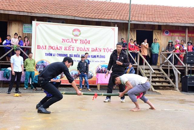Người dân Thôn Vi Choong tham gia các hoạt động thể dục thể thao trong ngày hội Đại Đoàn kết. Ảnh: Minh Khang.