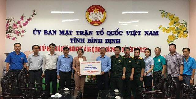 Ông Nguyễn Hữu Hiệp, Ủy viên Ban Thường vụ Trưởng ban Ban Dân vận Thành ủy TPHCM trao bảng tượng trưng hỗ trợ 2 tỷ đồng cho Uỷ ban MTTQ tỉnh Bình Định