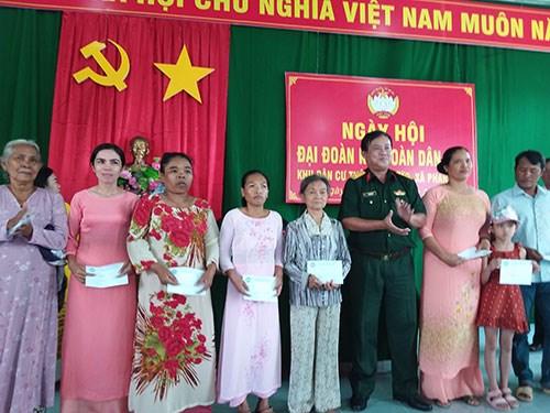 Đại tá Ngô Minh Lực,Chính ủy Bộ Chỉ huy Quân sự tỉnh Bình Thuận trao quà cho các gia đình có hoàn cảnh khó khăn tại thôn Bình Đức.