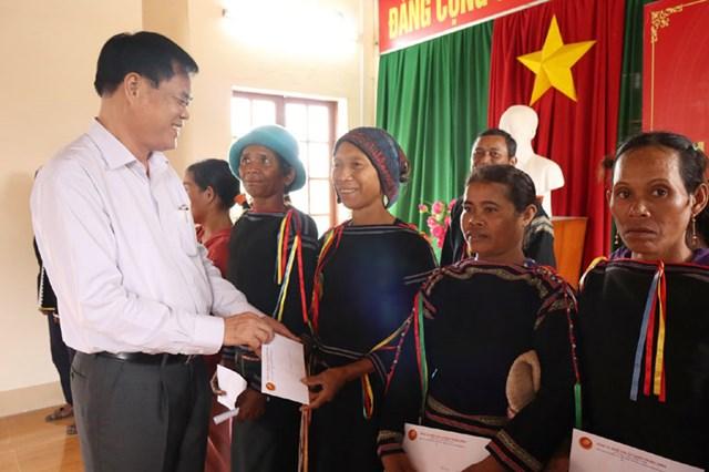 Ủy viên Trung ương Đảng, Bí thư Đảng ủy Khối Các cơ quan Trung ương trao quà cho các hộ dân khó khăn của thôn Xây Dựng, xã Suối Trai, huyện Sơn Hòa.