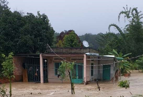 Mưa lớn gây ngập lụt nhà dân tại huyện Krông Năng (Đắk Lắk).