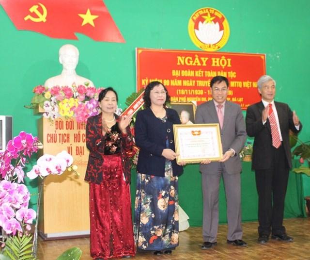 Ông Võ Ngọc Hiệp, Chủ tịch Ủy ban MTTQ tỉnh Lâm Đồng trao bằng công nhận Khu dân cư kiểu mẫu năm 2020 cho tổ dân phố Nguyễn Du, Phường 9,TP Đà Lạt.