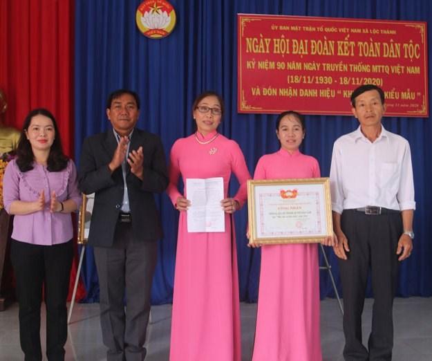 Ủy ban MTTQ Việt Nam tỉnh Lâm Đồng, UBND huyện Bảo Lâm trao bằng công nhận khu dân cư tiêu biểu cho Thôn 8A.