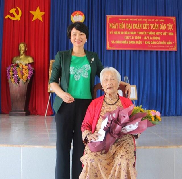 Bà Phạm Thị Phúc, Ủy viên Ban Thường vụ Tỉnh ủy, Trưởng ban Dân vận Tỉnh ủy Lâm Đồng tặng quà cho Mẹ Việt Nam Anh hùng Bùi Thị Xê.