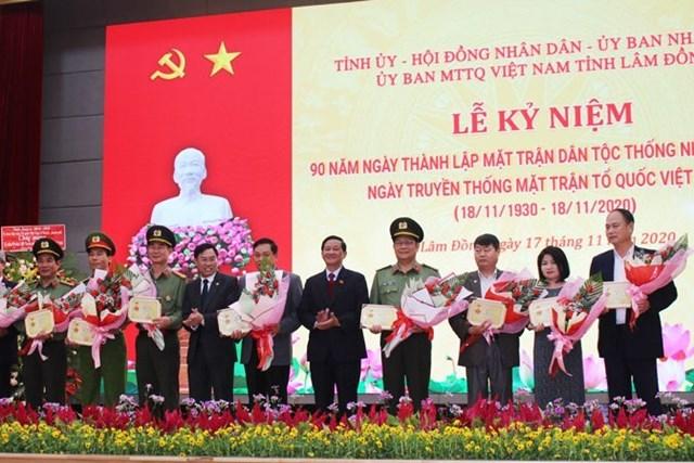 """Trao tặng kỷ niệm chương,""""Vì sự nghiệp Đại đoàn kết toàn dân tộc"""", cho các cá nhân tiêu biểu."""