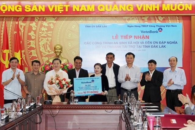 VietinBank trao bảng tượng trưng 10 tỷ đồng hỗ trợ tỉnh Đắk Lắk.