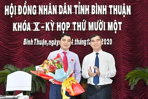 Ông Dương Văn An, Bí thư tỉnh ủy Bình Thuận, tặng hoa chúc mừng tân Chủ tịch HĐND tỉnh Nguyễn Hoài Anh.