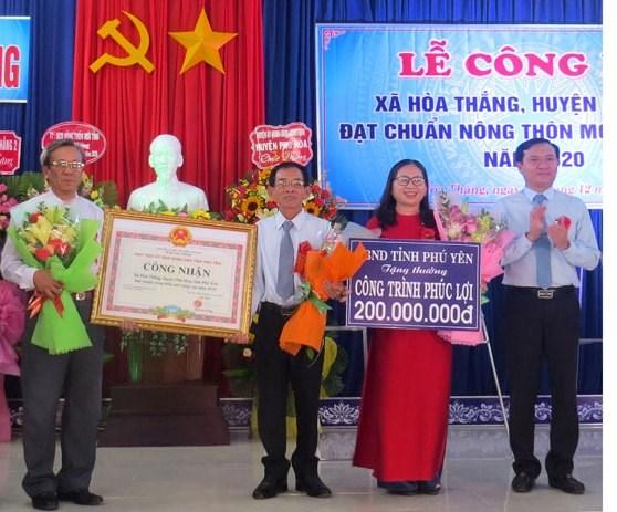 Trao Bằng công nhận xã Hòa Thắng đạt chuẩn nông thôn mới nâng cao.