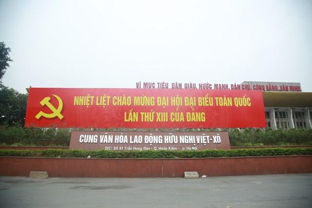 Tấm áp phích chào mừng Đại hội đại biểu toàn quốc lần thứ XIII của Đảng tại Cung Văn hóa lao động hữu nghị Việt - Xô.   Cờ đỏ tung bay khắp các con phố, ngõ ngách thủ đô Hà Nội chào mừng Đại hội Đảng.