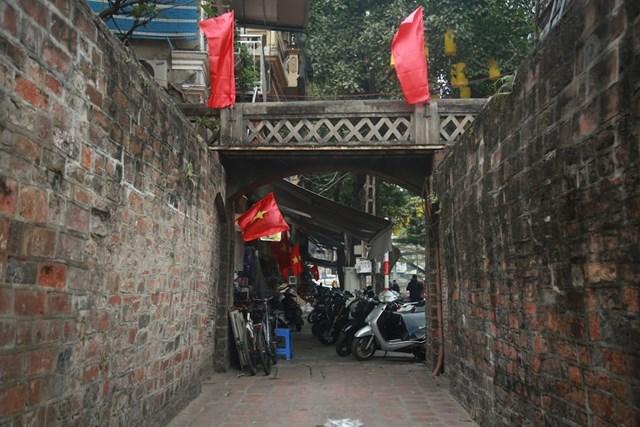 Cờ đỏ tung bay khắp các con phố, ngõ ngách thủ đô Hà Nội chào mừng Đại hội Đảng.