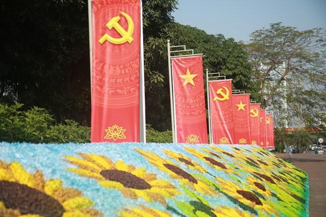Đường phố Hà Nội thay áo mới chào mừng Đại hội toàn quốc lần thứ XIII của Đảng - Ảnh 2