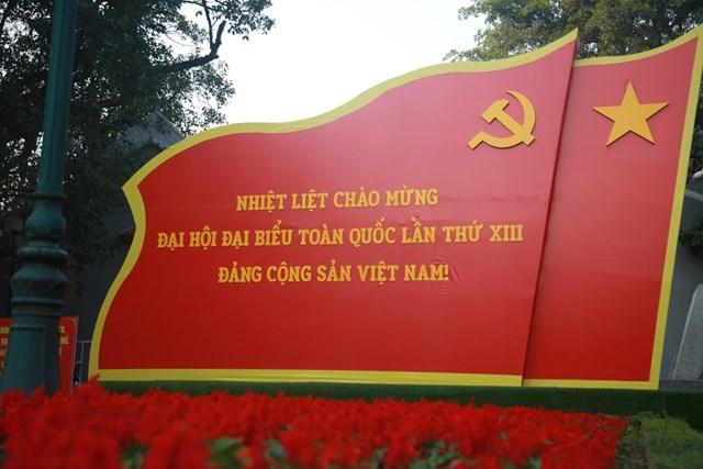 Đường phố Hà Nội thay áo mới chào mừng Đại hội toàn quốc lần thứ XIII của Đảng - Ảnh 6