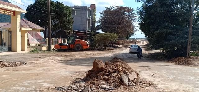 Đất đá đổ ngổn ngang trên đường tỉnh lộ 438 (đoạn đi qua xã Yên Bồng) khiến người tham gia giao thông đi lại khó khăn.