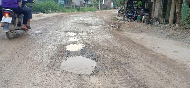 Mặt đường tỉnh lộ 438 xuống cấp, gây bụi bặm ảnh hưởng đến người dân sinh sống hai bên đường.