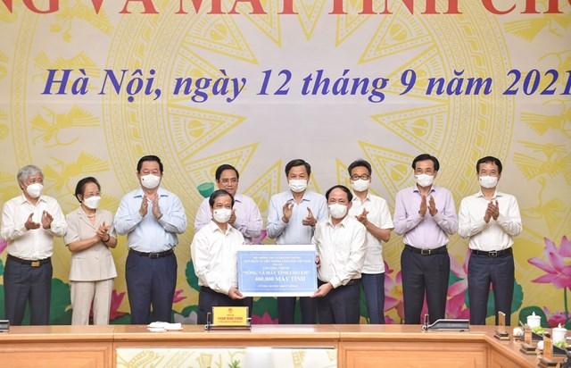 Bộ trưởng Bộ GDĐT Nguyễn Kim Sơn thay mặt Ngành Giáo dục nhận ủng hộ từ Bộ Thông tin và Truyền thông.