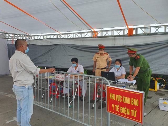 Người dân quét mã QR code tại chốt kiểm soát trên địa bàn TP Hà Nội.
