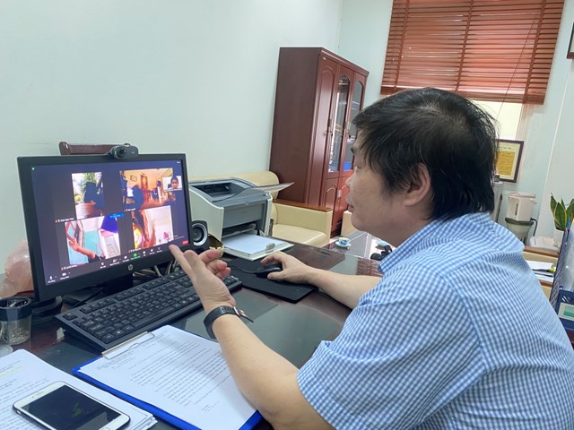 Ông Ngô Lê Thắng, Hiệu trưởng Trường Trung cấp nghệ thuật Xiếc và Tạp kỹ Việt Nam dạy học online cho học viên.