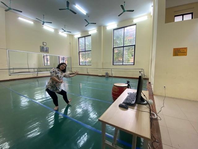 Theo cô Trương Thị Ngọc Bích, dạy và học online với lĩnh vực nghệ thuật khó khăn nhiều hơn thuận lợi nhưng cô và trò đều phải khắc phục và thích nghi trong bối cảnh dịch bệnh.