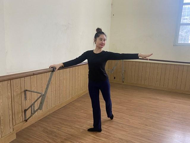 Sinh viên Souklaty Keobounxay luyện múa tại phòng tập của Học viện Múa Việt Nam.