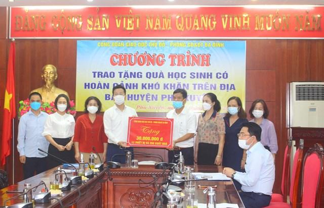 Đại diện Phòng GDĐT quận Ba Đình trao tặng quà cho đại diện Phòng GDĐT huyện Phú Xuyên để gửi đến các em học sinh có hoàn cảnh khó khăn.