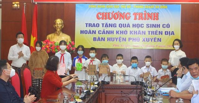 Phòng GDĐT quận Ba Đình cùng Hội Chữ thập đỏ quận trao tặng thiết bị học tập cho học sinh khó khăn huyện Phú Xuyên.