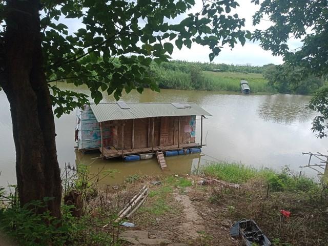 Căn nhà nổi trên sông Hồng của gia đình em Nguyễn Gia Huy.