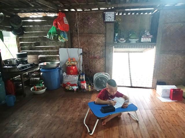 Tùng Linh học trực tuyến bằng chiếc điện thoại mới được trao tặng.