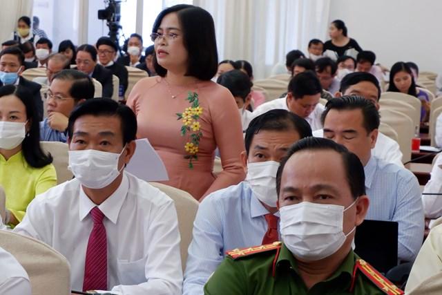 Bà Trần Hồng Thắm, Giám đốc Sở GD&ĐT TP  Cần Thơ  trả lời câu hỏi chất vấn ại kỳ họp