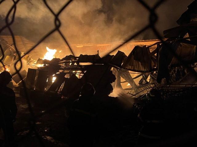 Cháy lớn tại một doanh nghiệp sản xuất đồ gỗ - Ảnh 1