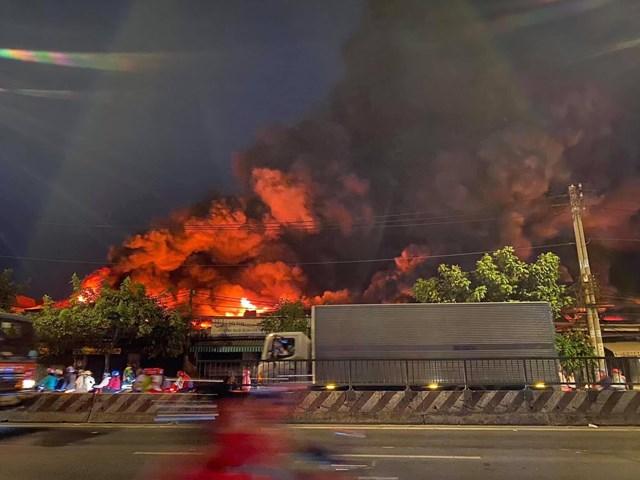 TP HCM: Cháy kho chứa vải rộng ngàn mét vuông - Ảnh 1