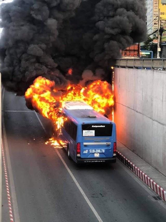 Xe buýt cháy rụi trong hầm chui An Sương - Ảnh 1