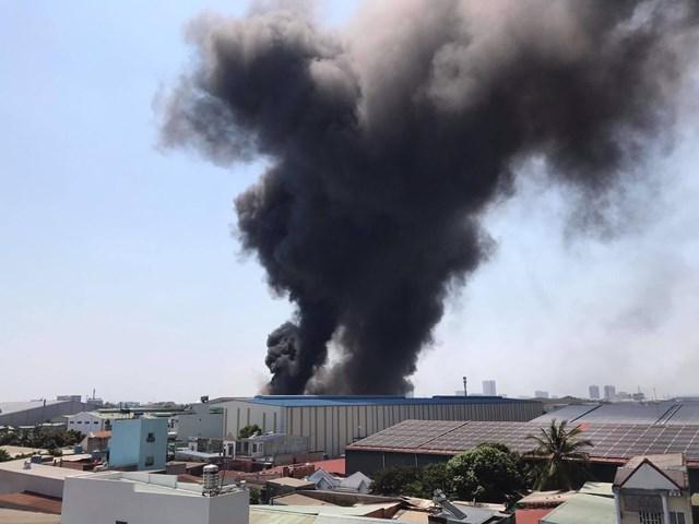 Cháy công ty Tôn Hoa Sen trong khu công nghiệp Sóng Thần - Ảnh 1