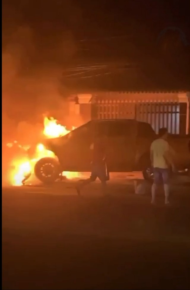 Xe ô tô nổ lốp kéo lê xe máy, sau đó cả 2 xe bốc cháy, 2 người thương vong - Ảnh 1