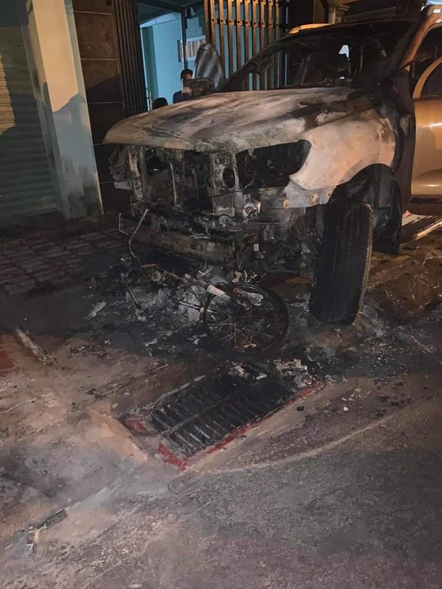 Xe ô tô va xe máy bị lửa thiêu rụi - Ảnh: Trung Lĩnh