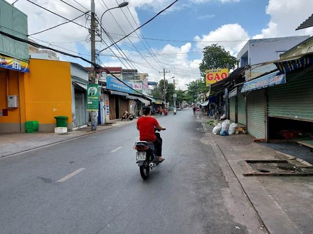 Chợ tự phát trên đường Đông Hưng Thuận 02 đã dừng hoạt động ảnh chụp trưa ngày 22/6. Ảnh: Trung Lĩnh.